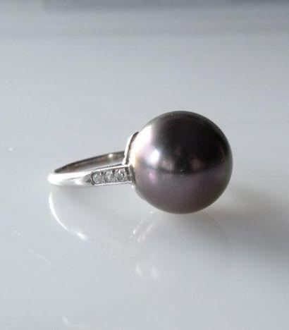 BAGUE en or gris ornée d'un importante perle...
