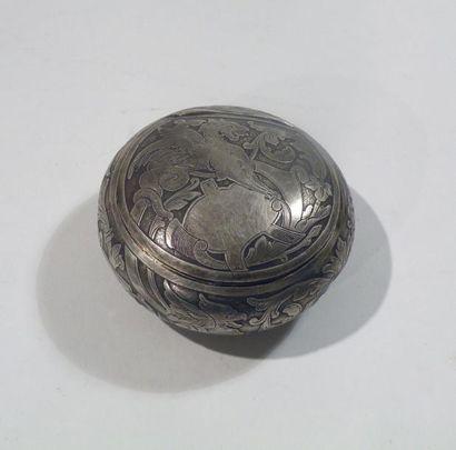 BOITE ronde en argent à riche décor gravé...