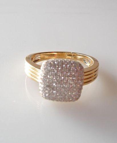 BAGUE en or jaune, l'anneau godronné, le...