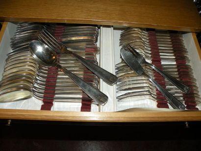 MÉNAGÈRE en métal argenté comprenant douze...