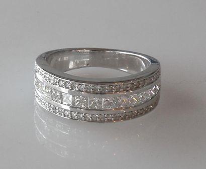 ANNEAU en or blanc serti d'une ligne de diamants...