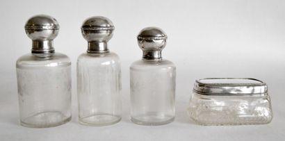GARNITURE DE TOILETTE en cristal et argent comprenant trois FLACONS et une BOITE...