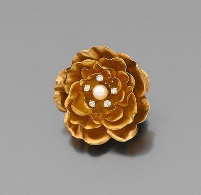 *BROCHE fleur en or jaune, les pistils sertis...