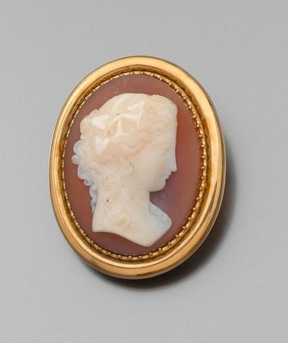 *BROCHE en or jaune uni, orné d'un important camée agate à profil féminin, les cheveux...