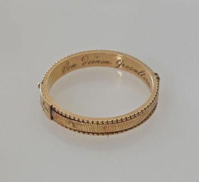 *ANNEAU en or jaune guilloché, daté 1822....