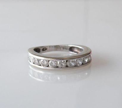 DEMI-ALLIANCE en or gris sertie rail de diamants taille brillant. Poids brut. 3,1...