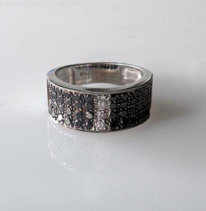 ANNEAU en or blanc, serti de diamants noirs...