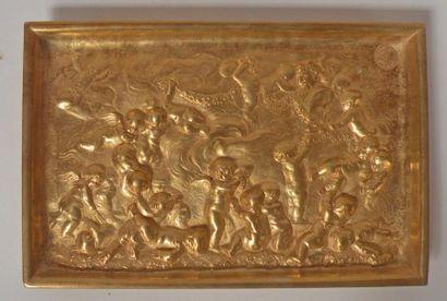 VIDE-POCHE en bronze à décor en bas-relief...
