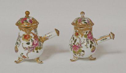 Deux VERSEUSES EGOISTES en porcelaine polychrome...