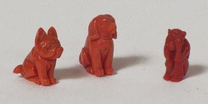 Ensemble de trois SUJETS en corail sculpté...