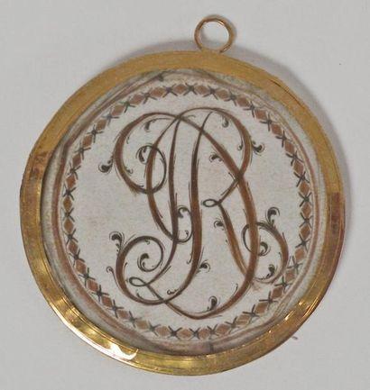 MEDAILLON en or à décor d'un monogramme en...
