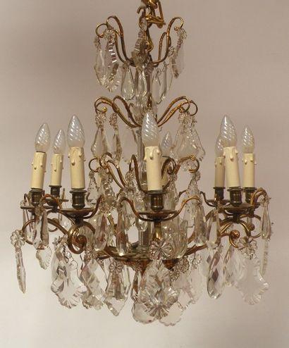 LUSTRE en bronze doré et pendeloques en cristal...