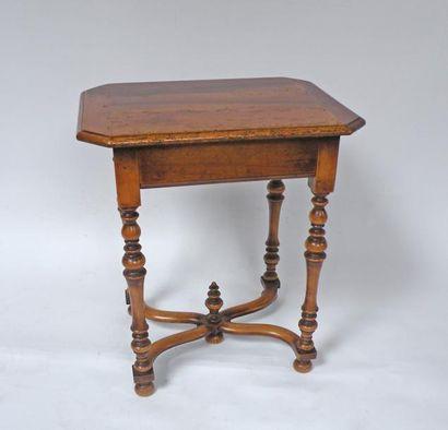 Petite TABLE en bois naturel, les pieds tournés...
