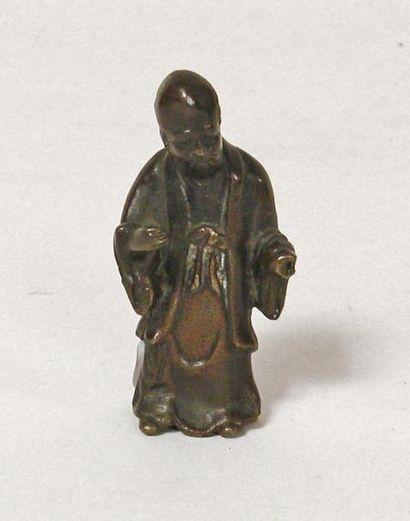 SUJET en bronze figurant un sage. H. 7 c...