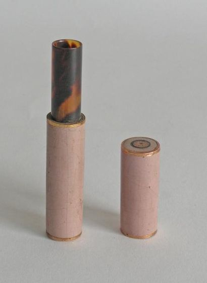 ETUI en bois laqué rose à monture en or rose,...