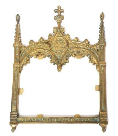 CADRE en bronze doré, à décor gothique. Fin...
