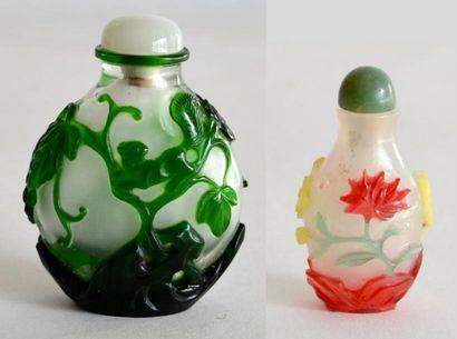 TABATIERE en verre overlay vert et blanc...