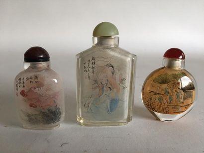 Lot de trois TABATIERES en verre de Pekin....