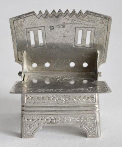 SALIERE en argent gravé en forme de trône,...