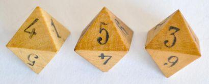 Lot de trois dés à huit faces en buis.