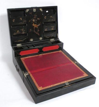COFFRET écritoire en bois laqué noir à décor...