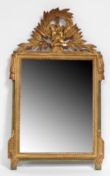 GLACE rectangulaire en bois doré à décor...