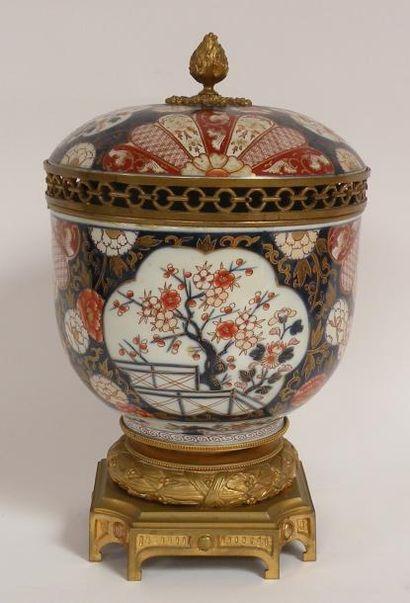 POT couvert en porcelaine Imari et bronze...
