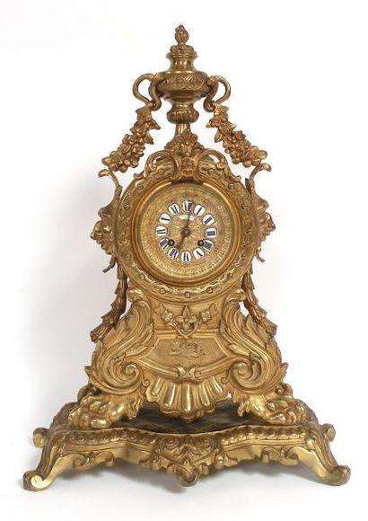 Importante pendule en bronze doré, le cadran...
