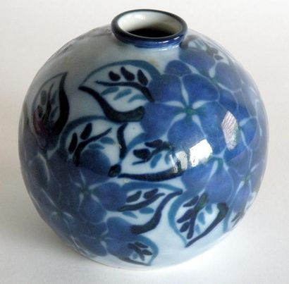 THARAUD. VASE globulaire en porcelaine à...