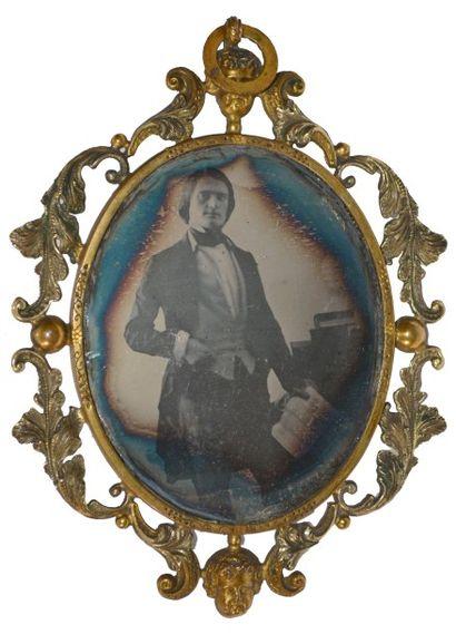 DAGUERRÉOTYPE. Portrait d'homme élégant tenant...
