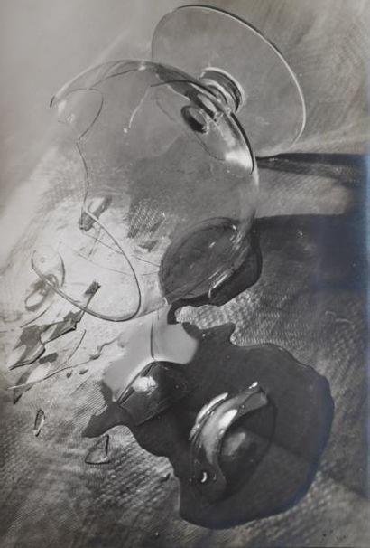 Composition au verre brisé. 1940. Photographe...