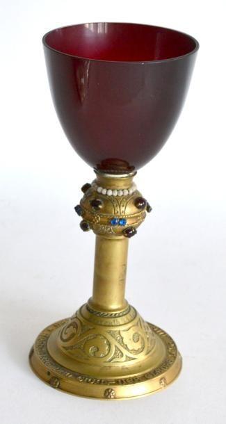 BAYREUTH. Calice en bronze et verre de couleur,...
