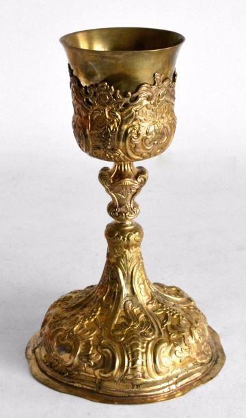 CALICE en tôle et bronze doré, à riche décor...