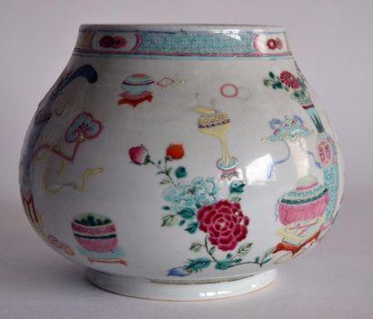 CHINE XXe. VASE en porcelaine à décor émaillé...