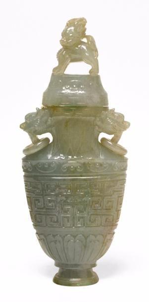 CHINE - XXe siècle Vase en serpentine céladon...