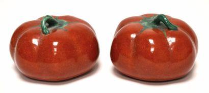 CHINE - XIXe siècle Paire de tomates en porcelaine...