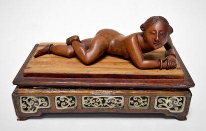 CHINE - Début XXe siècle Jeune femme allongée...