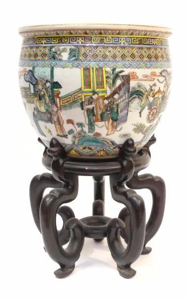 CHINE - XIXe siècle. Vasque en porcelaine...