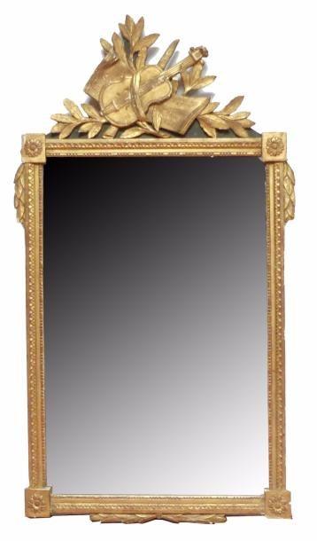 Grande GLACE en bois stuqué et doré, le fronton...