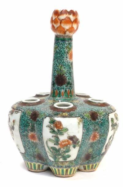 CHINE, XIXe. TULIPIERE en porcelaine de type...
