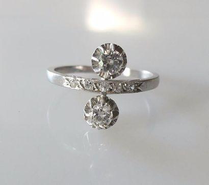 TOI et MOI en or blanc serti de diamants taille ancienne, la monture rehaussée de...