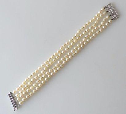 BRACELET formé de quatre rangs de perles,...