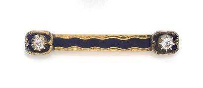 BROCHE Barrette en or jaune émaillé bleu, ornée aux extrémités de deux diamants...