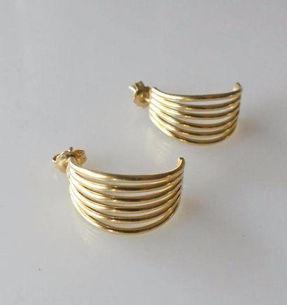 Paire de BOUCLES d'oreilles fils d' or jaune....