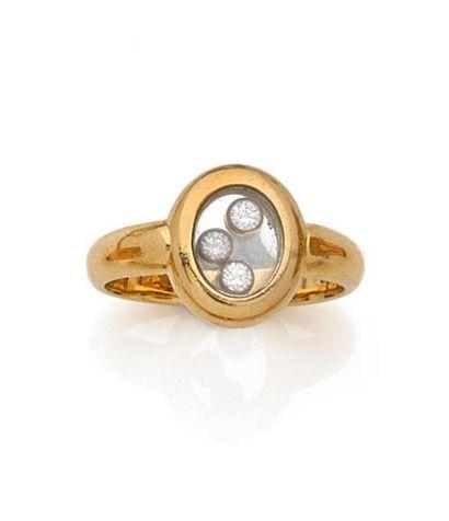 CHOPARD. BAGUE en or jaune, le chaton ovale orné de trois diamants mobiles. Signée,...