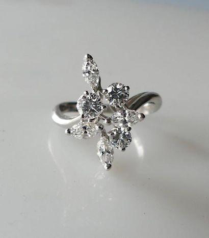 BAGUE en or blanc, ornée de quatre diamants...