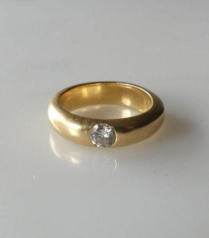 BAGUE jonc en or jaune sertie d'un diamant...