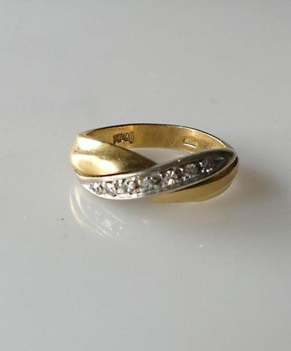BAGUE croisée en or jaune sertie de diamants...