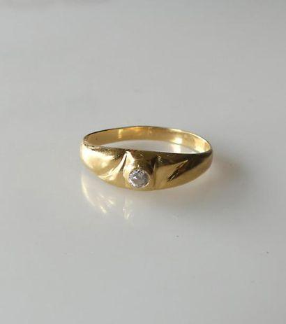 BAGUE de petit doigt en or jaune sertie d'un...