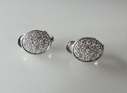 Paire de CLIPS en or blanc, le motif ovale pavé de diamants. Poids brut 5,8 g
